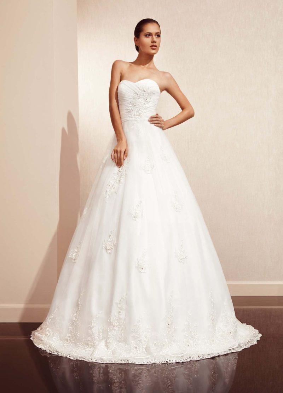 Пышное свадебное платье с кружевной отделкой можно преобразовывать в платье чайной длины.