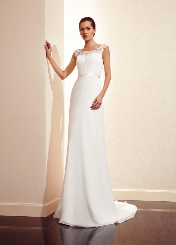 Прямое свадебное платье с кружевным округлым вырезом и небольшим шлейфом.