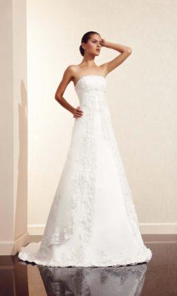 Свадебное платье силуэта с кружевной отделкой и завышенной талией.