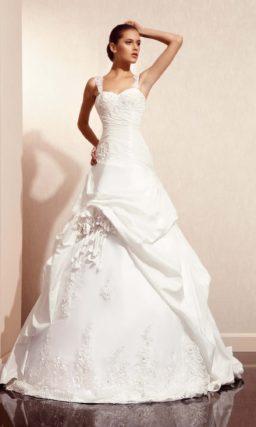 Свадебное платье с длинным шлейфом и кружевными бретелями.
