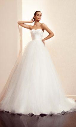 Открытое свадебное платье с драпировками на корсете и пышной юбкой со шлейфом.