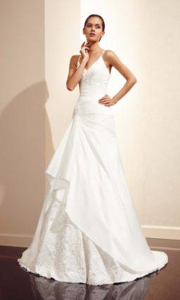 Свадебное платье  с узкими бретелями и вышивкой.