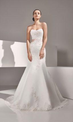 Атласное свадебное платье силуэта «рыбка» с открытым лифом и вышивкой бисером.