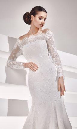 Свадебное платье силуэта «рыбка» с длинными кружевными рукавами и фигурным портретным вырезом.