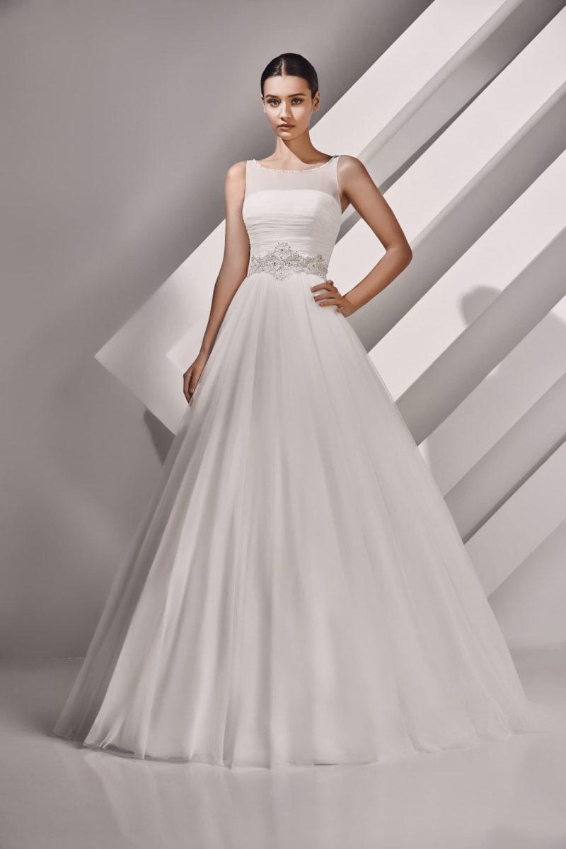 Свадебное платье с широким фигурным поясом и вырезом сзади.