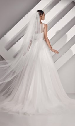 Свадебное платье «принцесса» с широким фигурным поясом и вырезом сзади.