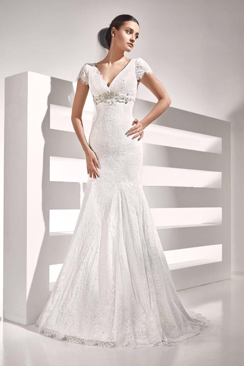 Свадебное платье силуэта «рыбка» с V-образным вырезом и короткими ажурными рукавами.