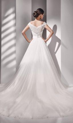 Свадебное платье с портретным декольте и широким поясом.