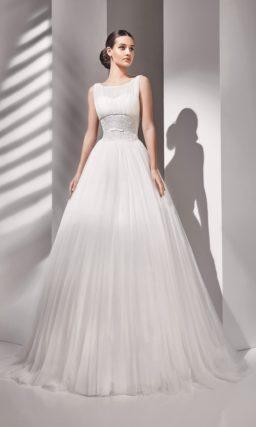 Свадебное платье с широкой полосой вышивки в области талии.
