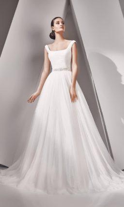 Свадебное платье с роскошным длинным шлейфом и декольте каре.