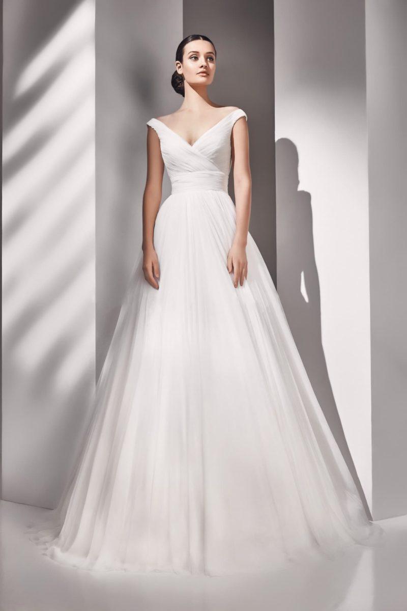 Свадебное платье с V-образным декольте с приспущенными бретелями.