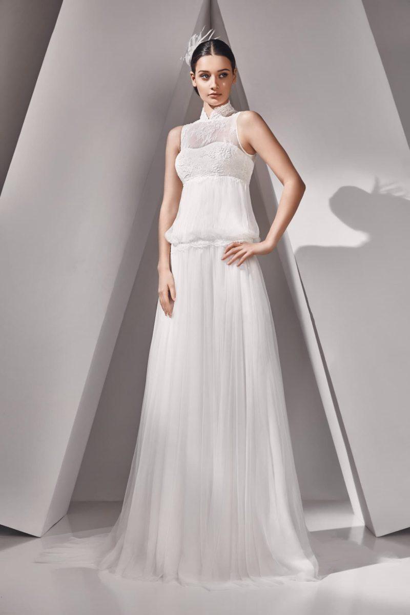 Прямое свадебное платье с кружевным воротником-стойкой и завышенной талией.