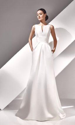 Прямое свадебное платье из атласной ткани с V-образным вырезом на лифе.