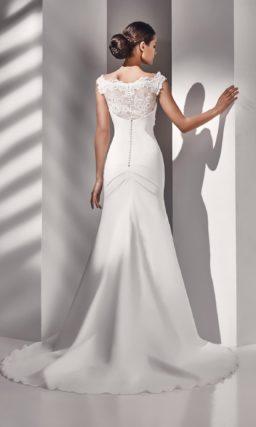 Прямое свадебное платье с широким сверкающим поясом и кружевным лифом.