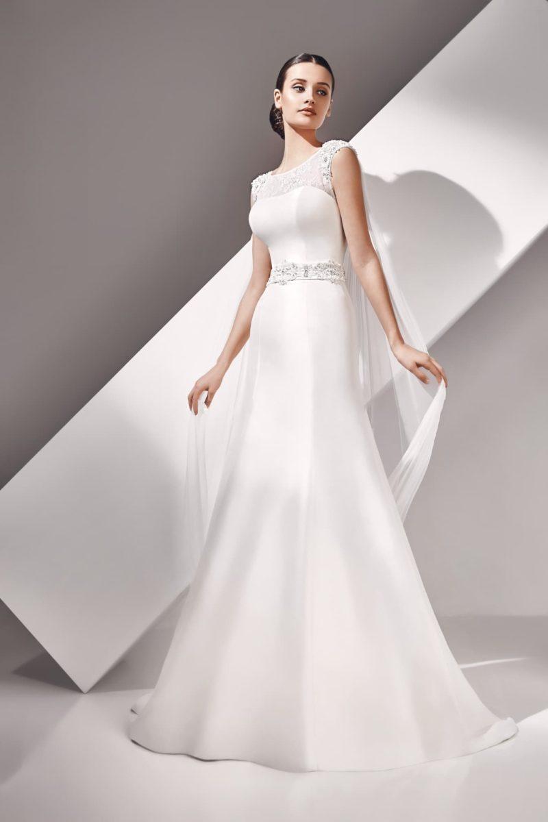 Свадебное платье силуэта «рыбка» из атласа, с широким поясом и вырезом на спине.
