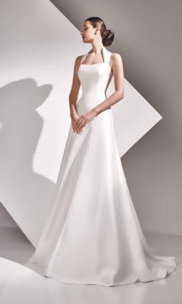 Свадебное платье из атласной ткани с длинным шлейфом.