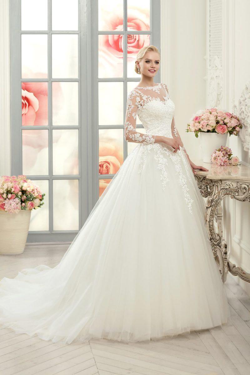 Свадебное платье силуэта «принцесса» с пышным шлейфом и ажурным верхом.