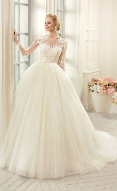 Пышное свадебное платье с узким поясом и полупрозрачными облегающими рукавами.
