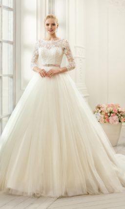 Романтичное свадебное платье пышного силуэта с ажурным V-образным вырезом сзади.