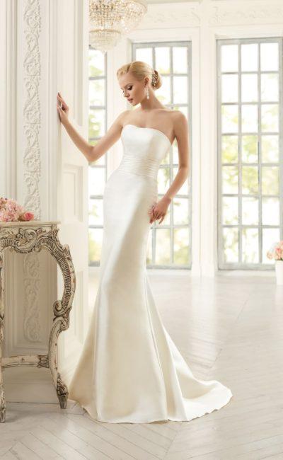 Открытое свадебное платье прямого силуэта из атласной ткани с широким поясом.