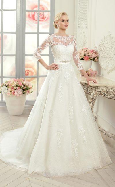 Свадебное платье силуэта «принцесса» с закрытым ажурным верхом и поясом.