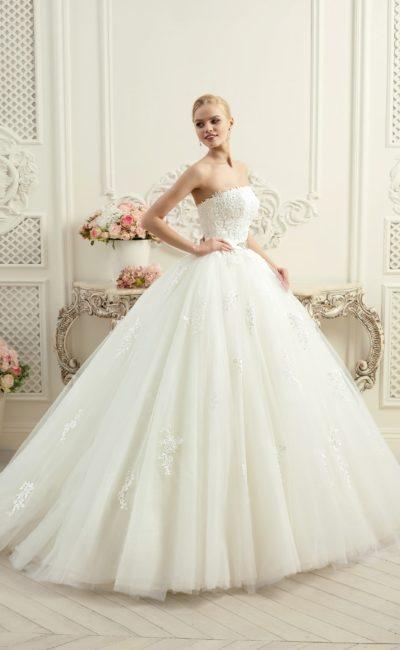 Открытое свадебное платье с невероятно пышной юбкой и кружевным корсетом.
