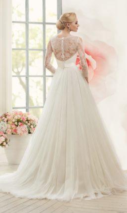 Свадебное платье силуэта «принцесса» с ажурной отделкой верха и широким поясом из атласа.
