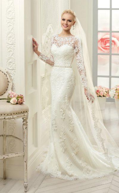Свадебное платье прямого силуэта с ажурной отделкой по всей длине.