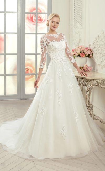 Кружевное свадебное платье силуэта «принцесса» с элегантными ажурными рукавами.