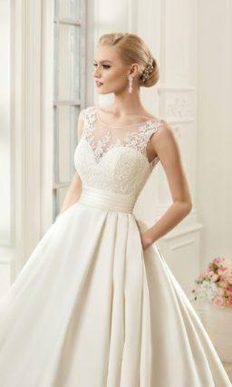 Пышное свадебное платье с роскошной атласной юбкой со шлейфом и кружевным верхом.