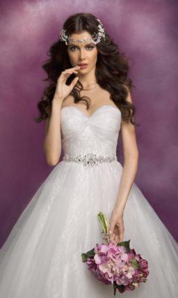Открытое свадебное платье силуэта «принцесса» из фактурной ткани.