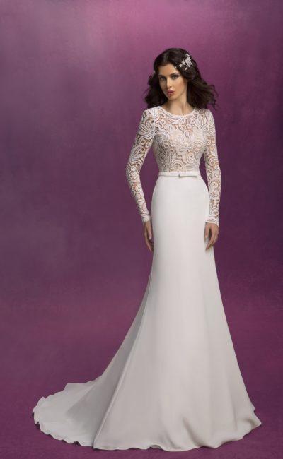 Прямое свадебное платье с верхом из плотной ажурной ткани на бежевой подкладке.