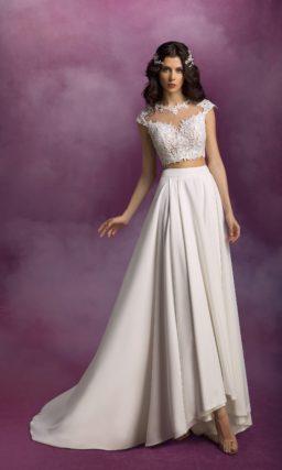 Прямое свадебное платье с укороченным кружевным топом.