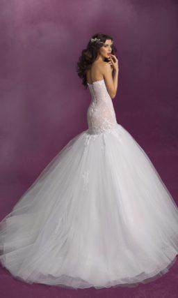 Свадебное платье с пышной юбкой силуэта «рыбка» и бежевым корсетом.
