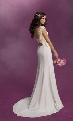 Закрытое свадебное платье прямого силуэта с короткими кружевными рукавами.