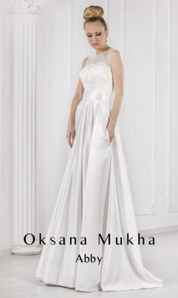 Атласное свадебное платье прямого силуэта с широким поясом и вырезом на спинке.