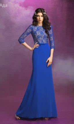 Необычное свадебное платье насыщенного синего цвета с длинными рукавами.