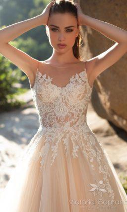Пышное свадебное платье кремового цвета с кружевным верхом.