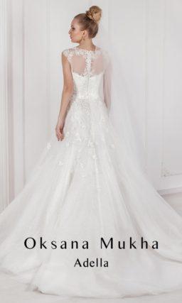 Атласное свадебное платье с закрытым верхом, украшенным цветочной вышивкой.