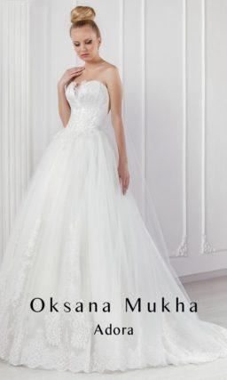 Открытое свадебное платье А-силуэта с длинным шлейфом и элегантным кружевным декором.