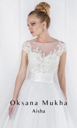 Изящное свадебное платье с силуэтом «принцесса» и широким атласным поясом.