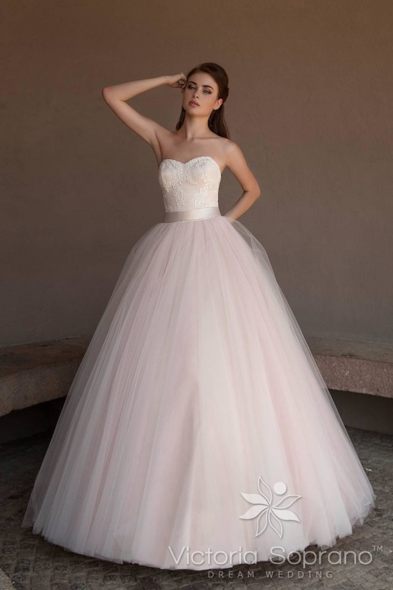 Открытое свадебное платье с пышным силуэтом и атласным поясом.