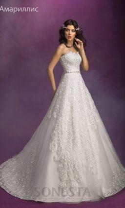 Открытое свадебное платье с корсетом из плотного кружева и пышной юбкой.