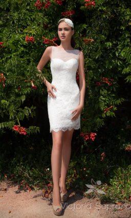 Кружевное свадебное платье длиной до середины бедра с верхней юбкой.
