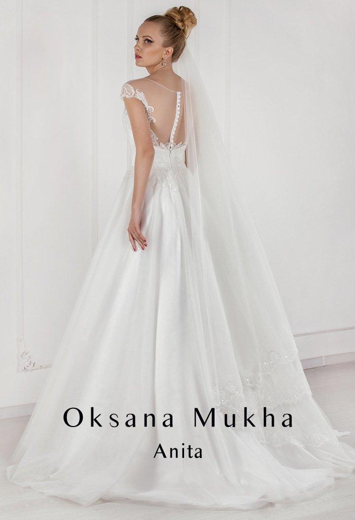 Атласное свадебное платье «принцесса» с вырезом на спинке, покрытым прозрачной тканью.