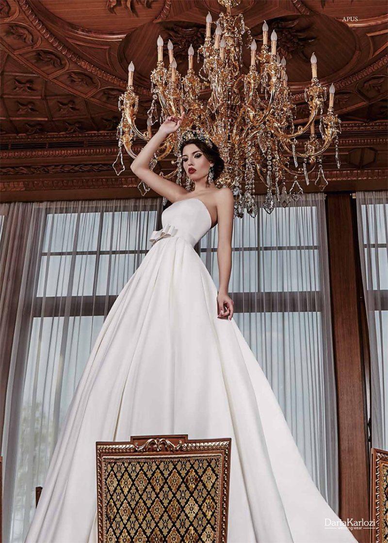 Свадебное платье из атласной ткани с широким поясом.