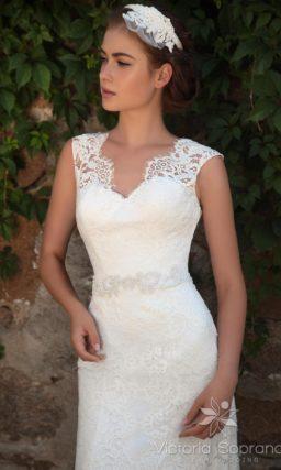 Свадебное платье с силуэтом «рыбка»  и поясом, украшенным бисерной вышивкой.