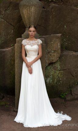 Свадебное платье с выразительной ажурной вставкой над лифом.