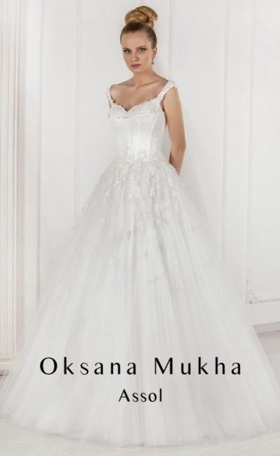 Свадебное платье «принцесса» с атласным корсетом и многослойной юбкой с кружевом.