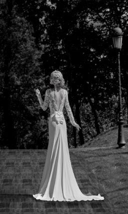 Свадебное платье с силуэтом «рыбка» с длинным шлейфом и ажурным V-образным вырезом сзади.